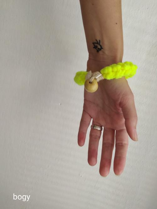 háčkovaný náramek dutinkový, žlutý neon 053