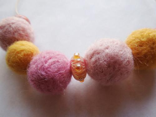 Růžovo-žlutý