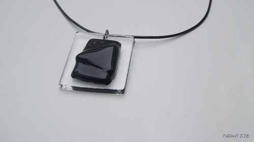 Černo-transparentní skleněný šperk
