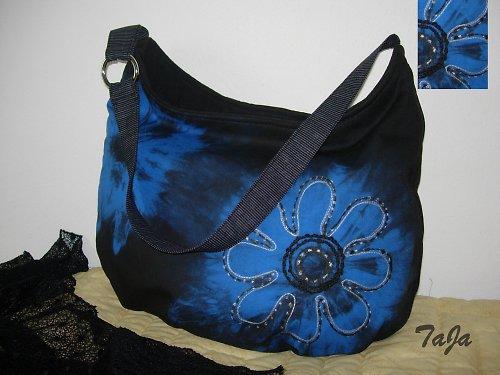 Kabelka s modrou batikou