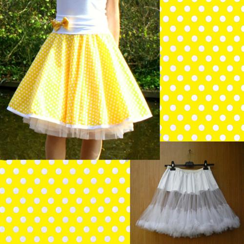 Žlutá puntíkovaná sukně+objemnější bílá spodnička