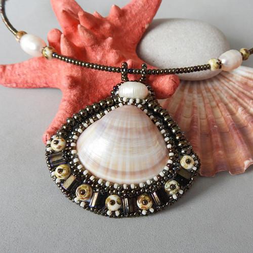 Přívěsek z mušli a perel