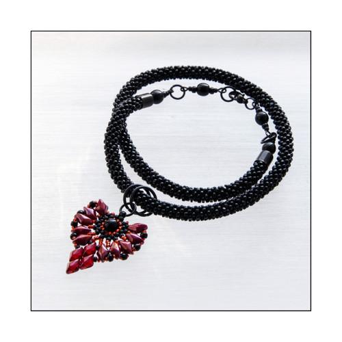 """náhrdelník \""""Danai\"""" - granátově červený s černou"""