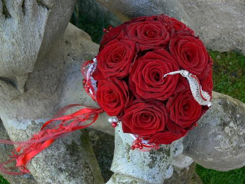 Rudé růže se šperkem - kulatá kytice, vatičkovaná