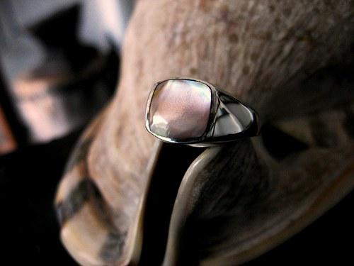 Nacreus - stříbrný prsten s perletí.