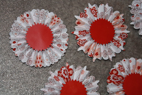 Rozety bílé s červenými kvítky