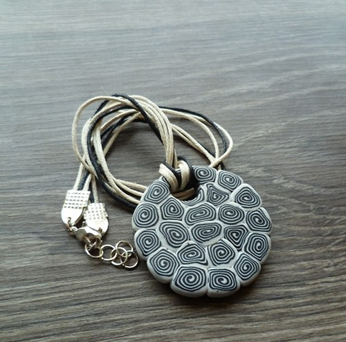 Černo-bílý náhrdelník