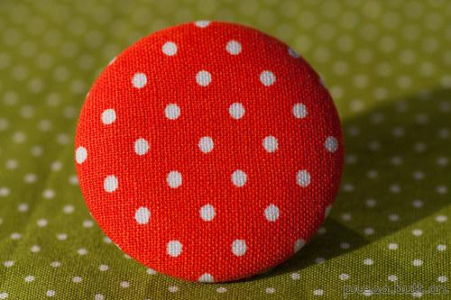 Oranžová brož s puntíky
