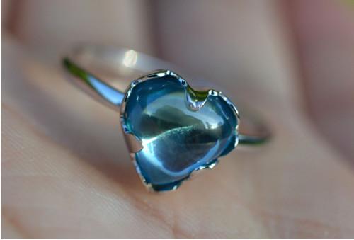 Zlatý prsten SRDCE modrý zirkon bílé zlato 14k