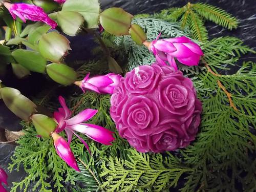 Violková koule s růžemi