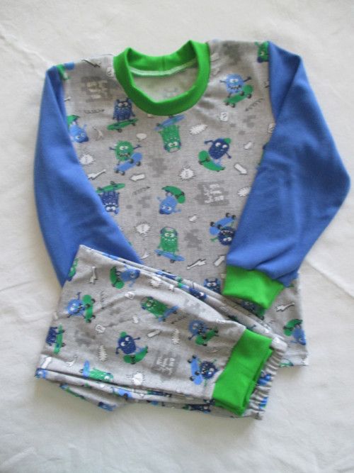 dětské pyžamo - strašidla na skejtu