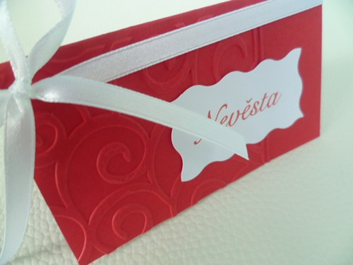 červené jmenovky s ornamentem na svatební stůl...