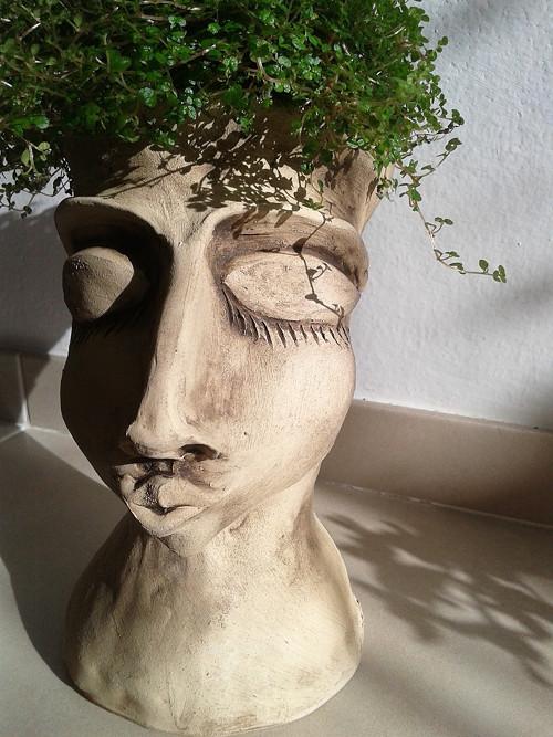 Zasněná- keramická socha na květináč