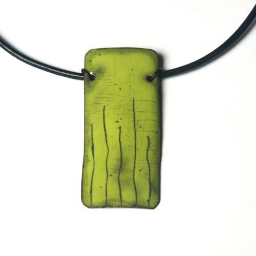Zelený s čárkami - smaltovaný náhrdelník