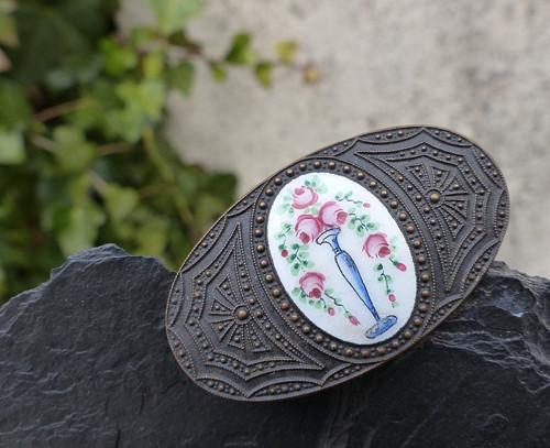 Růže ve váze ...starožitná brož se smaltem