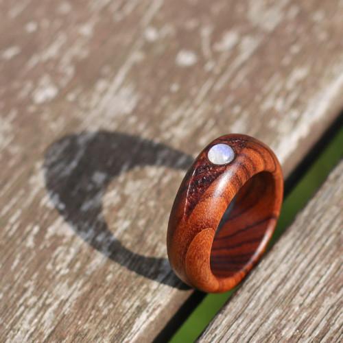 Prsten z palisandru s měsíčním kamenem