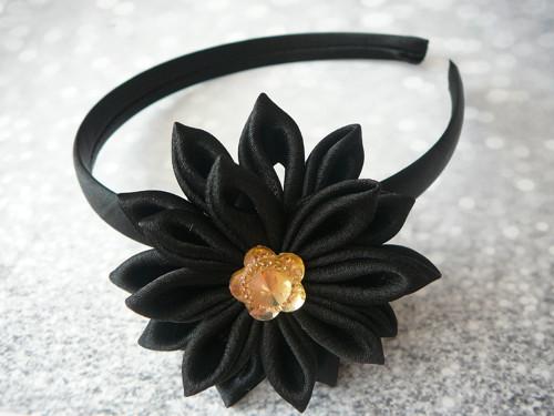 Čelenka s černou květinou.