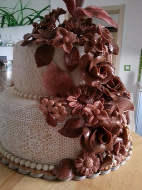 Svatební dort s čokoládovými květy