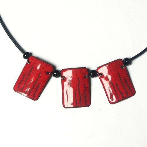 Červený s čárkami - smaltovaný náhrdelník