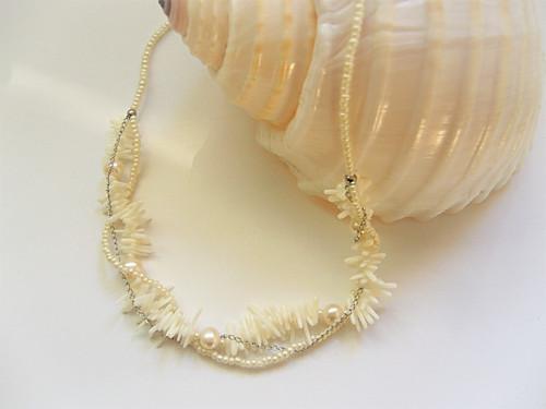 Náhrdelník s korálem a říčními perlami