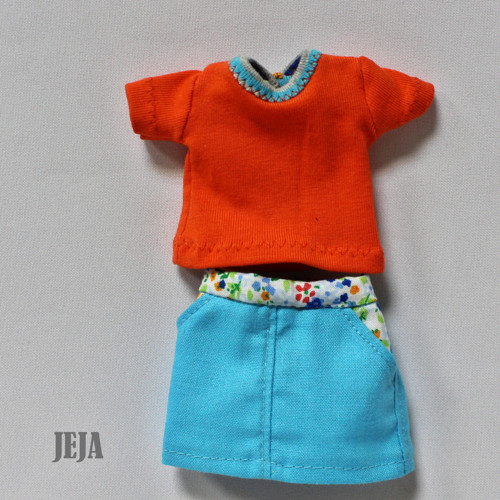 Oranžové tričko a tyrkysová suknička s vreckami