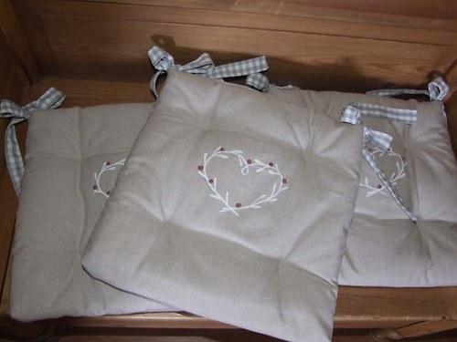 Režné posedáky s kostkovanou vázačkou