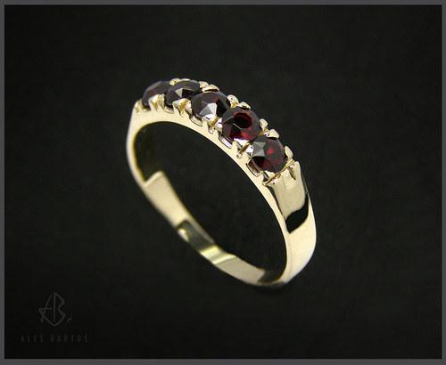 prsten, žluté zlato s českými granáty