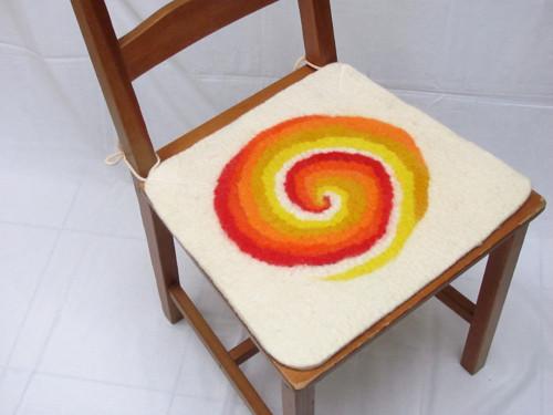 Plstěný podsedák - spirála žluto oranžová s bílou