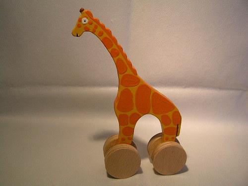 Žirafka na kolieskach - dřevěná hračka pro děti