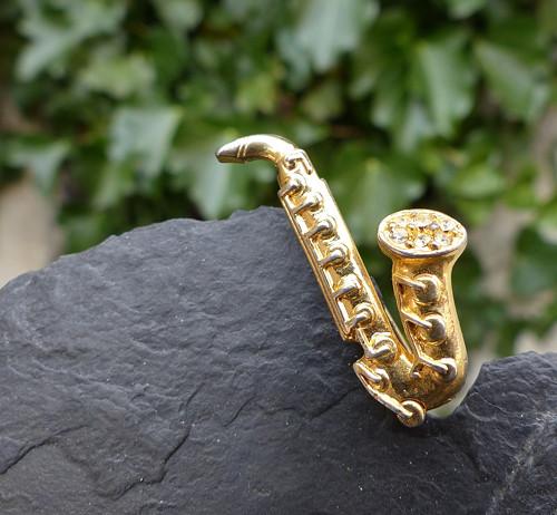 Saxofon...kovová brož