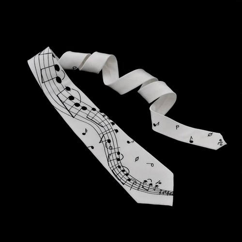 Bílá kravata s notovou osnovou a notami