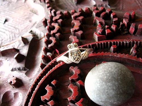 Erb pro dámu - starostříbrný prsten s kamenem.