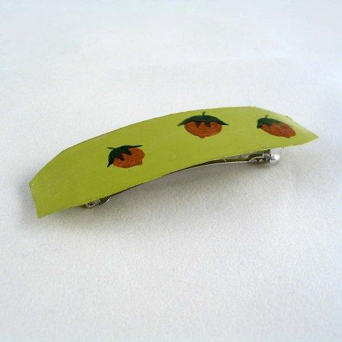 Zelená spona s oříšky
