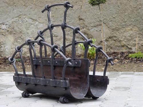 Velký kovaný koš na dřevo
