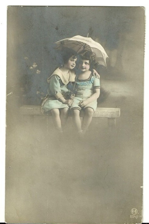 Umělecká pohlednice holčičky s paraplíčkem