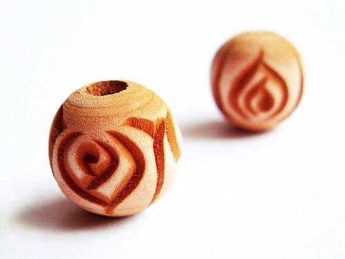 Hnědá kulička s vyřezávanou růží ((D29))