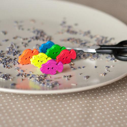 6 ks tvarovaný knoflík Rybka 25 mm mix barev