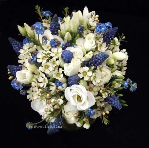 modro-bílá - jarní svatební kytice