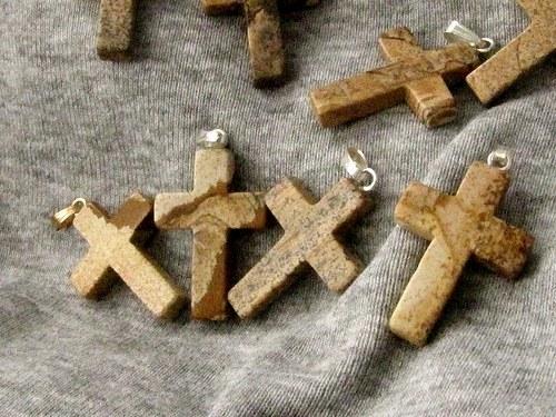 Jaspisový křížek se závěsem 1 ks, výška 2,5 cm