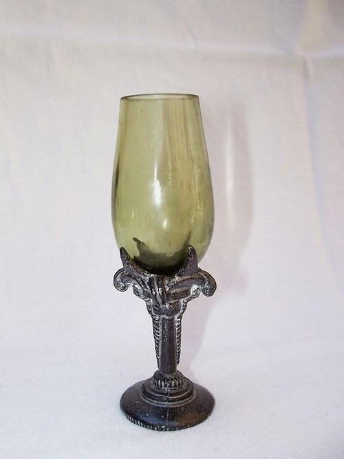 likérová sklenička se secesním motivem lilie