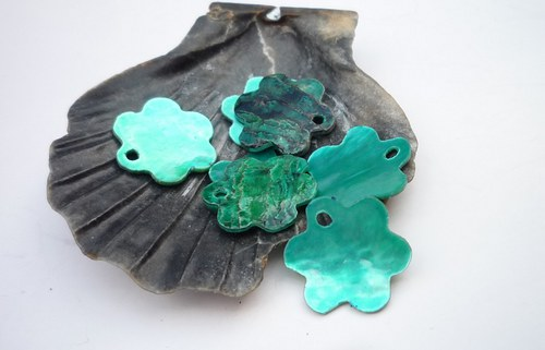 zelené perleťové kytičky 10 ks   12 mm