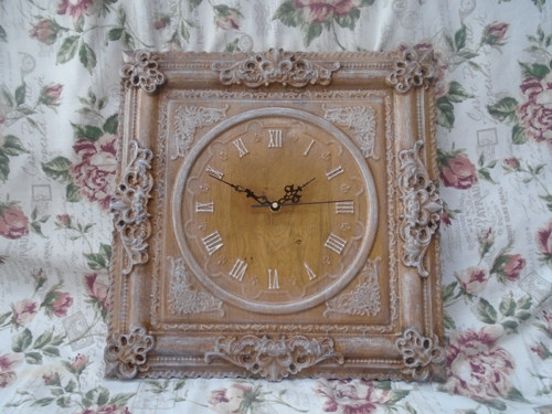 Drevorezba hodiny s ornamentom