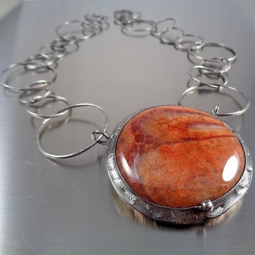 Výrazný náhrdelník s ohnivým achátem