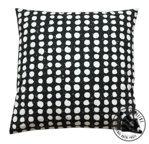 Povlak na polštář Batika - puntíky na černé