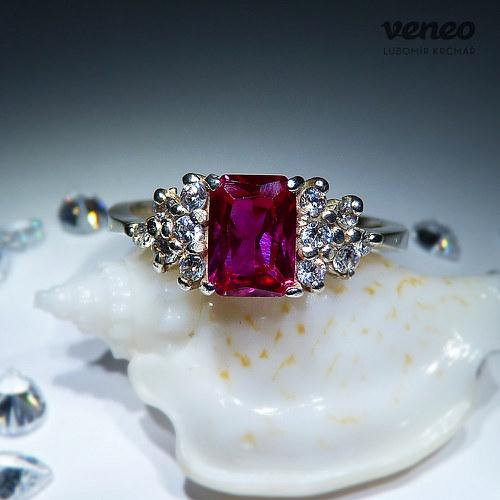 Princezna - prsten s rubínem a čirými zirkony