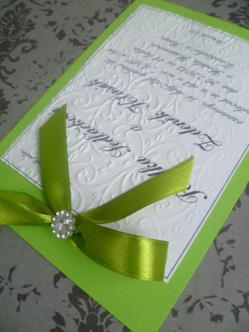 Svatební oznámení v zelené barvě se vzorem s broží