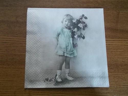 Ubrousek na decoupage - holčička s květinou