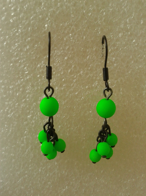 Zelený hrozen s UV efektem - černý drát