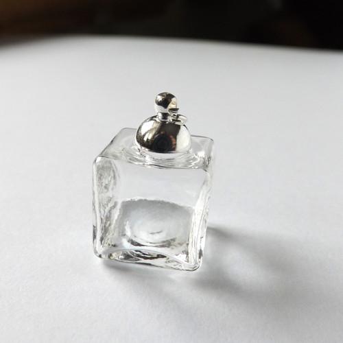 Miniaturní skleněná kostka