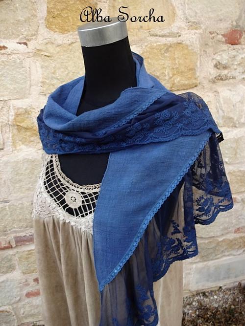 Tmavě modrý šátek s krajkou